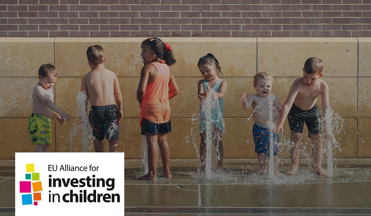 Enfants qui jouent avec une fontaine extérieurr